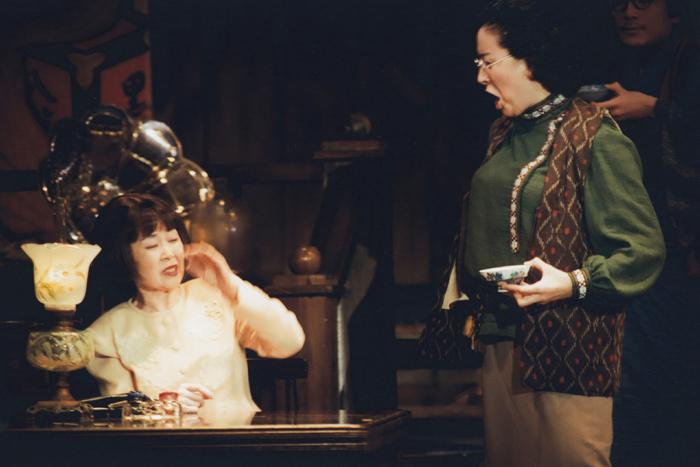 舞台「本郷菊富士ホテル」の1シーン(左:森光子、右:高畑淳子)