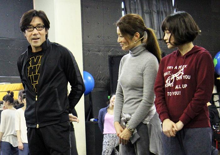 (左端)取材陣に挨拶をする岸谷五朗