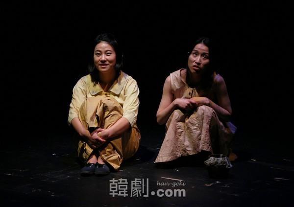慰安婦となった少女時代のコップニ(幼いハンブニ パク・スジン 写真右)と妹グマ(ミン・ギョンウン 写真左)