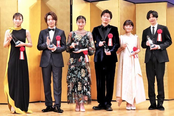 (左から)松岡茉優、中村倫也、永野芽郁、田中圭、葵わかな、志尊淳