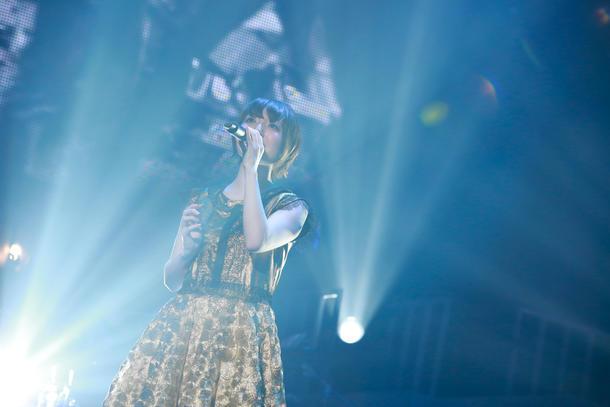 """「花澤香菜 live 2015 """"Blue Avenue""""」東京・日本武道館公演の様子。(写真提供:アニプレックス)"""