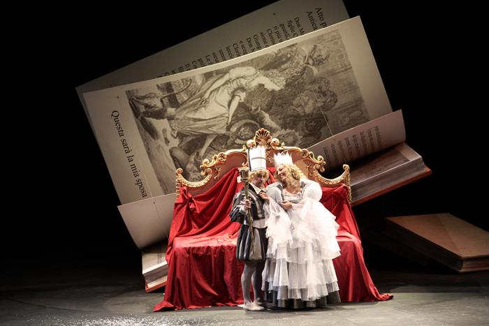 ドニゼッティ歌劇場『ラ・ピッコラ・チェネレントラ』より舞台写真 ラミーロ&アンジェリーナ