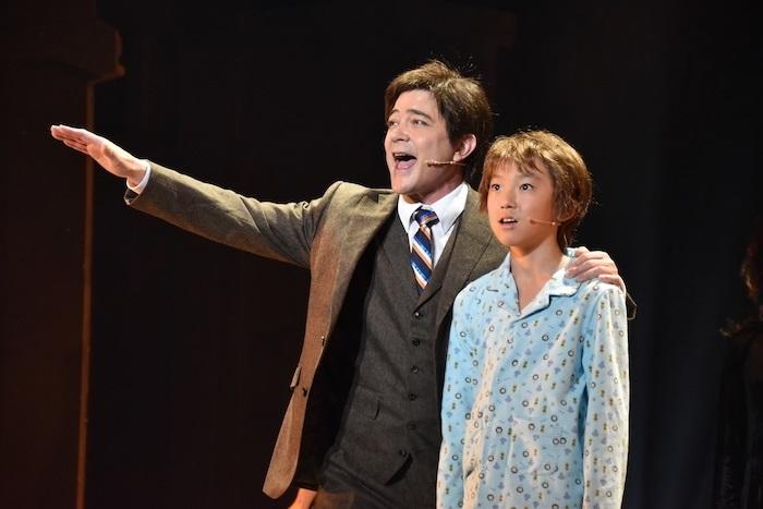 ミュージカル『ビッグ・フィッシュ』ゲネプロ写真より川平慈英(左) 撮影=こむらさき