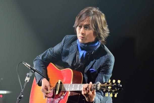 長瀬智也が歌う「ひとりぼっちのハブラシ」に、ギターで参加するつんく♂。(写真提供:NHK)