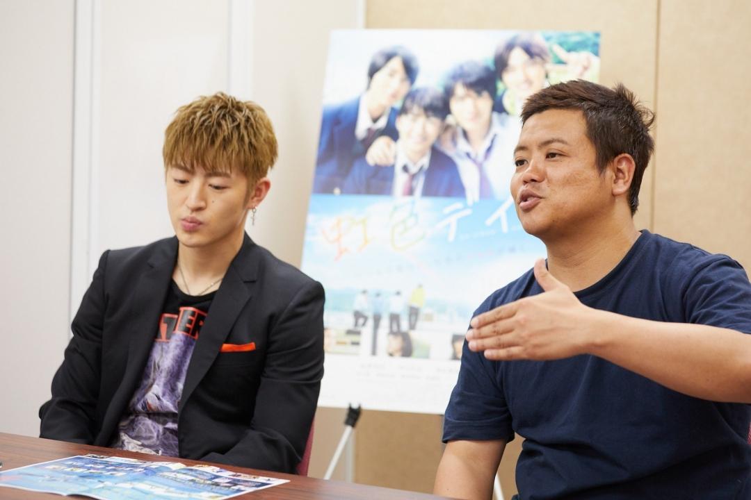 左から、佐野玲於、飯塚健監督