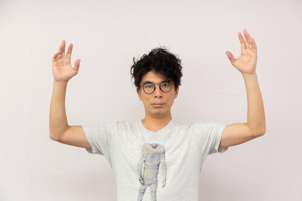 ジャミラのTシャツを着て、キングジョーのポーズ 撮影:大塚正明