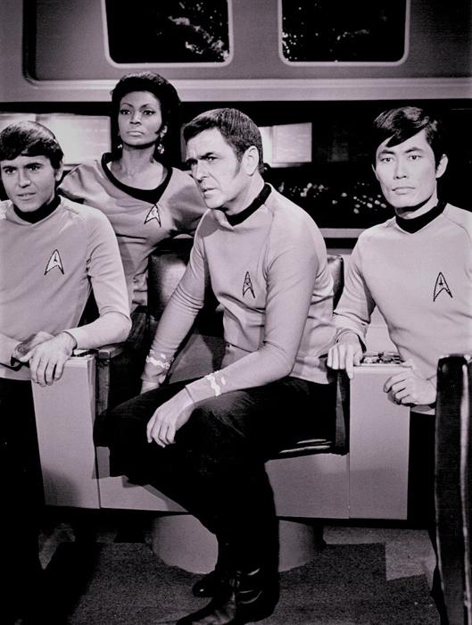 「スタートレック」のジョージ・タケイ(右端)。このドラマ、日本では「宇宙大作戦」のタイトルで、1969年に日本テレビが初放映した。