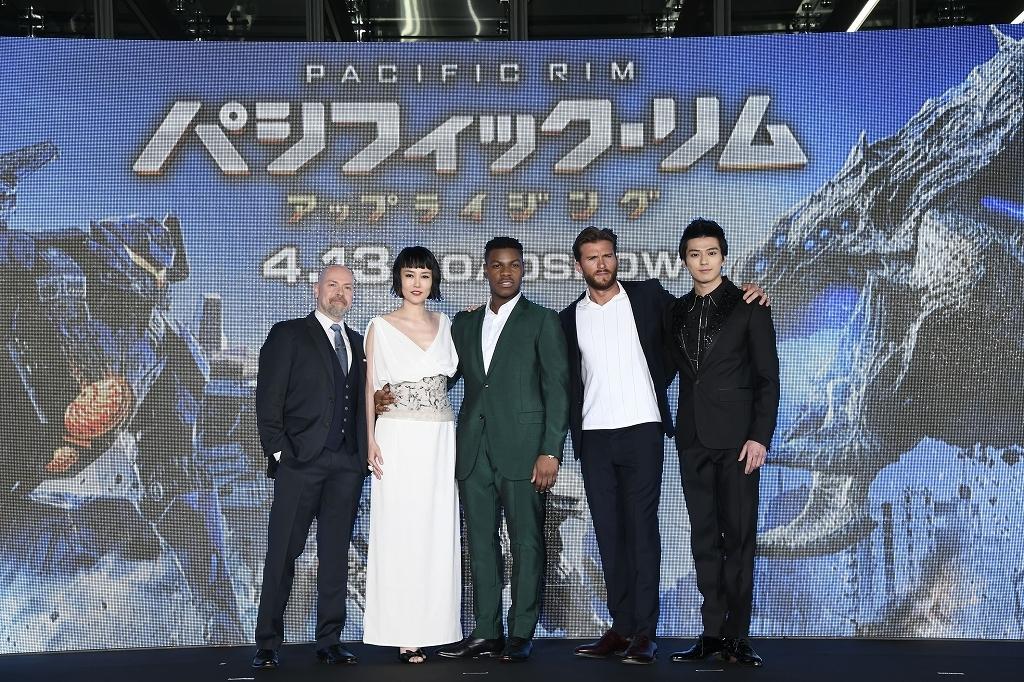 左から、スティーヴン・S・デナイト監督、菊地凛子、ジョン・ボイエガ、スコット・イーストウッド、新田真剣佑