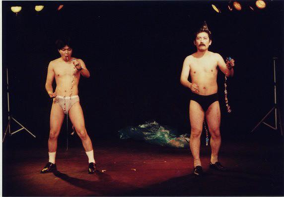 『愛と哀しみのホルマリン兄弟』(1994年)より。持ちネタの一つ「口内クラッカー」の場面。