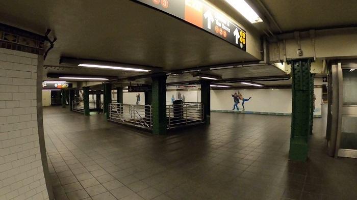 地下鉄の駅にもほとんど人がいない様子がわかる(3月撮影:小野功司)
