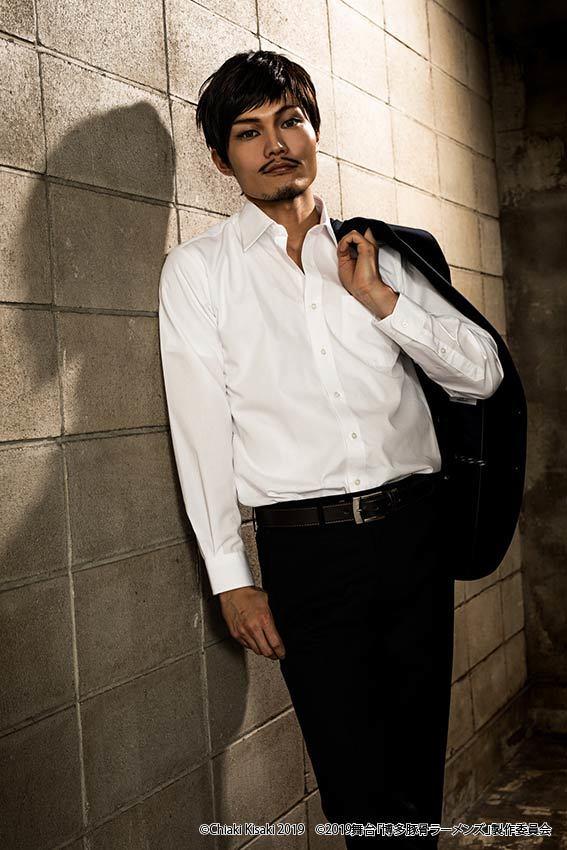 重松役:佐藤弘樹 (C)Chiaki Kisaki2019 (C)2019 舞台「博多豚⾻ラーメンズ」製作委員会