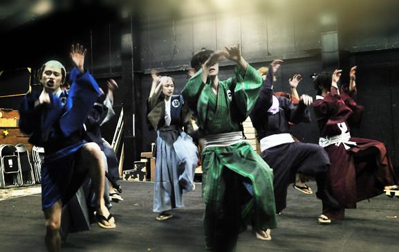 舞台は江戸時代なのに、なぜか某キングオプポップを彷彿とさせるダンスが…。