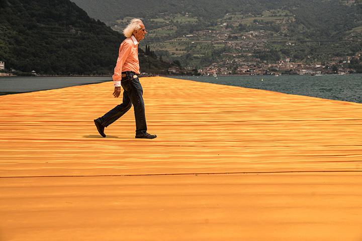 クリスト クリストとジャンヌ=クロード『フローティング・ピアーズ』にて イタリア・イセオ湖 2014~2016年 Photo:Wolfgang Volz