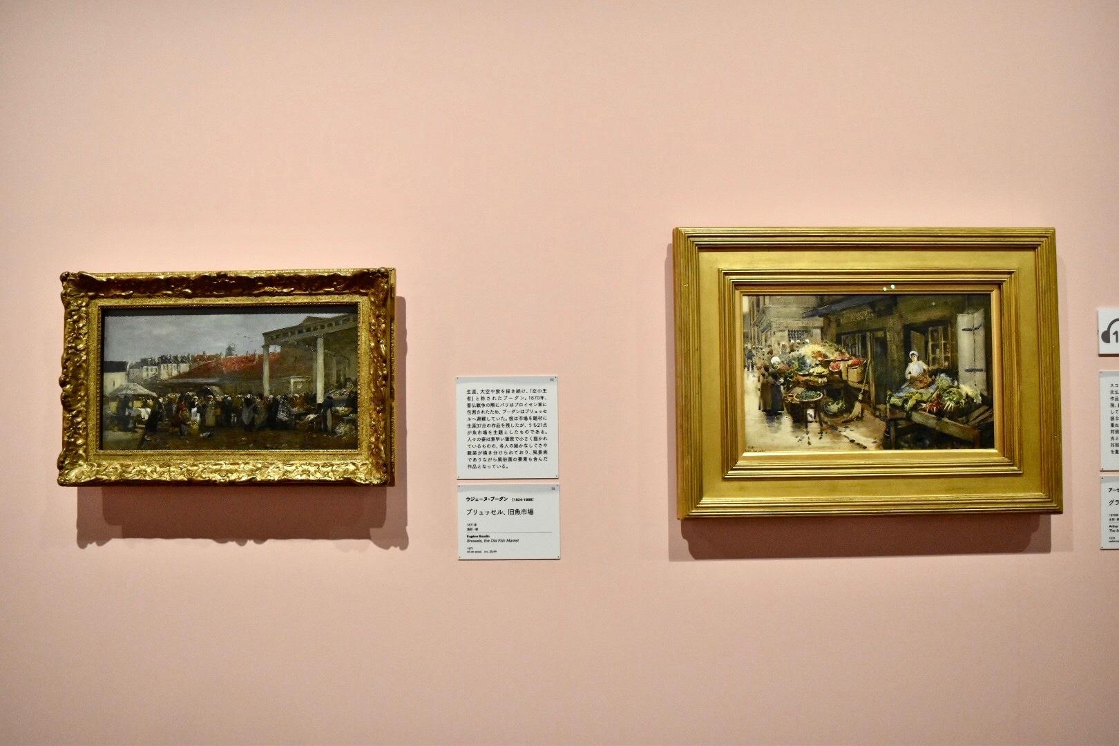 左:ウジェーヌ・ブーダン 《ブリュッセル、旧魚市場》 1871年 油彩、板 (C)CSG  CIC Glasgow Museums Collection  右:アーサー・メルヴィル 《グランヴィルの市場》 1878年 水彩・紙 (C)CSG CIC Glasgow Museums Collection