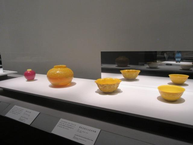 皇帝あるいは皇后専用の色とされ珍重された、黄色の鉢や壺 「第2章:清王朝の栄華―乾隆帝(1736-95)の偉業」(展示風景)