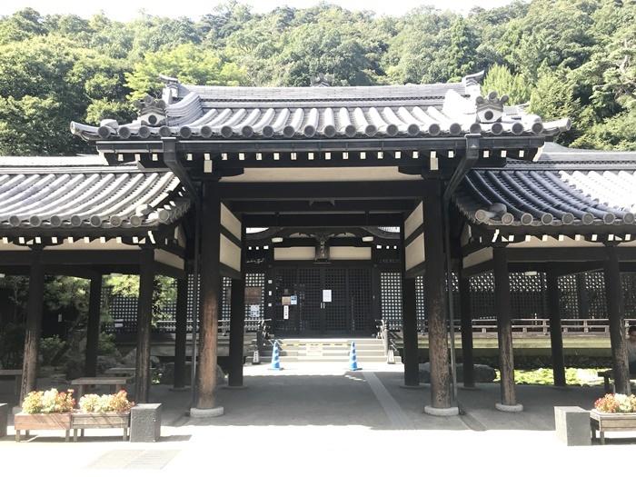 堂々たる外観も魅力の、城崎温泉7つの外湯の一つ[御所の湯]。 [撮影]吉永美和子
