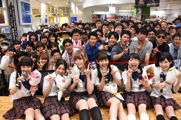 党員と一緒に記念撮影する乙女新党。