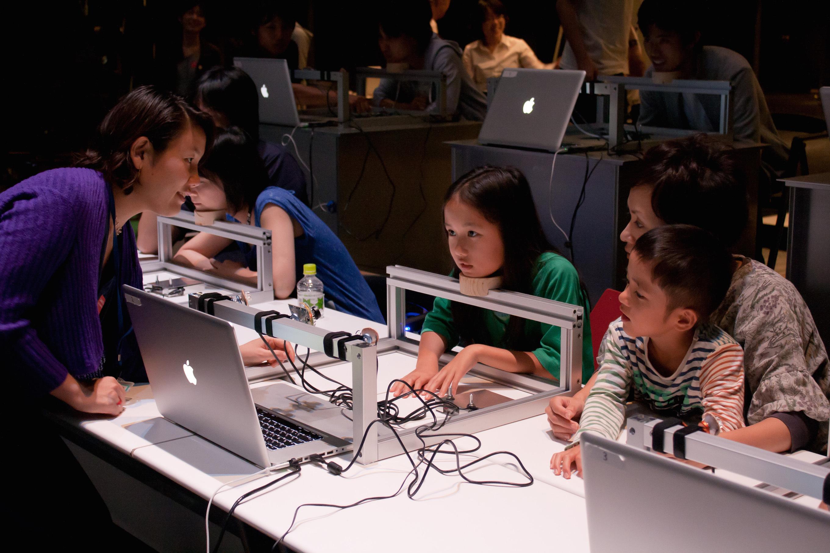 山口情報芸術センター[YCAM]教育プログラム「Eye2Eye」 撮影:丸尾隆一(YCAM)/写真提供:山口情報芸術センター[YCAM]