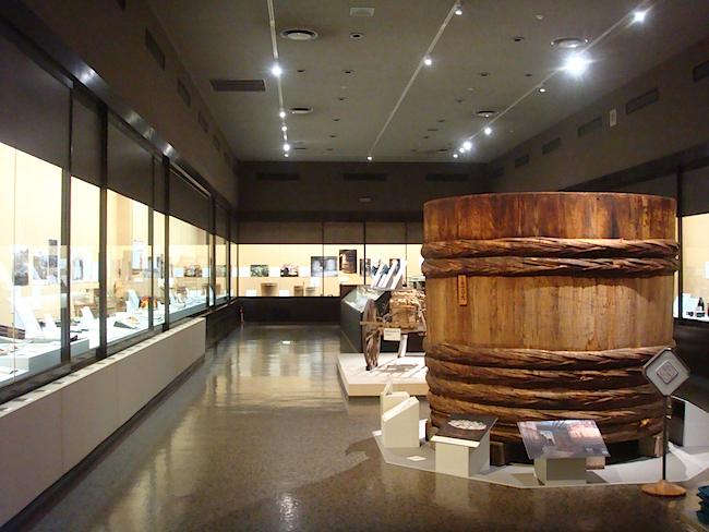【序章】と【第1章】の展示室中央には、実際に使用されていた豆みその仕込み桶が。高さ・直径ともに六尺(約2m)あり、このひと桶で17万食分もの味噌汁を作ることができるとか