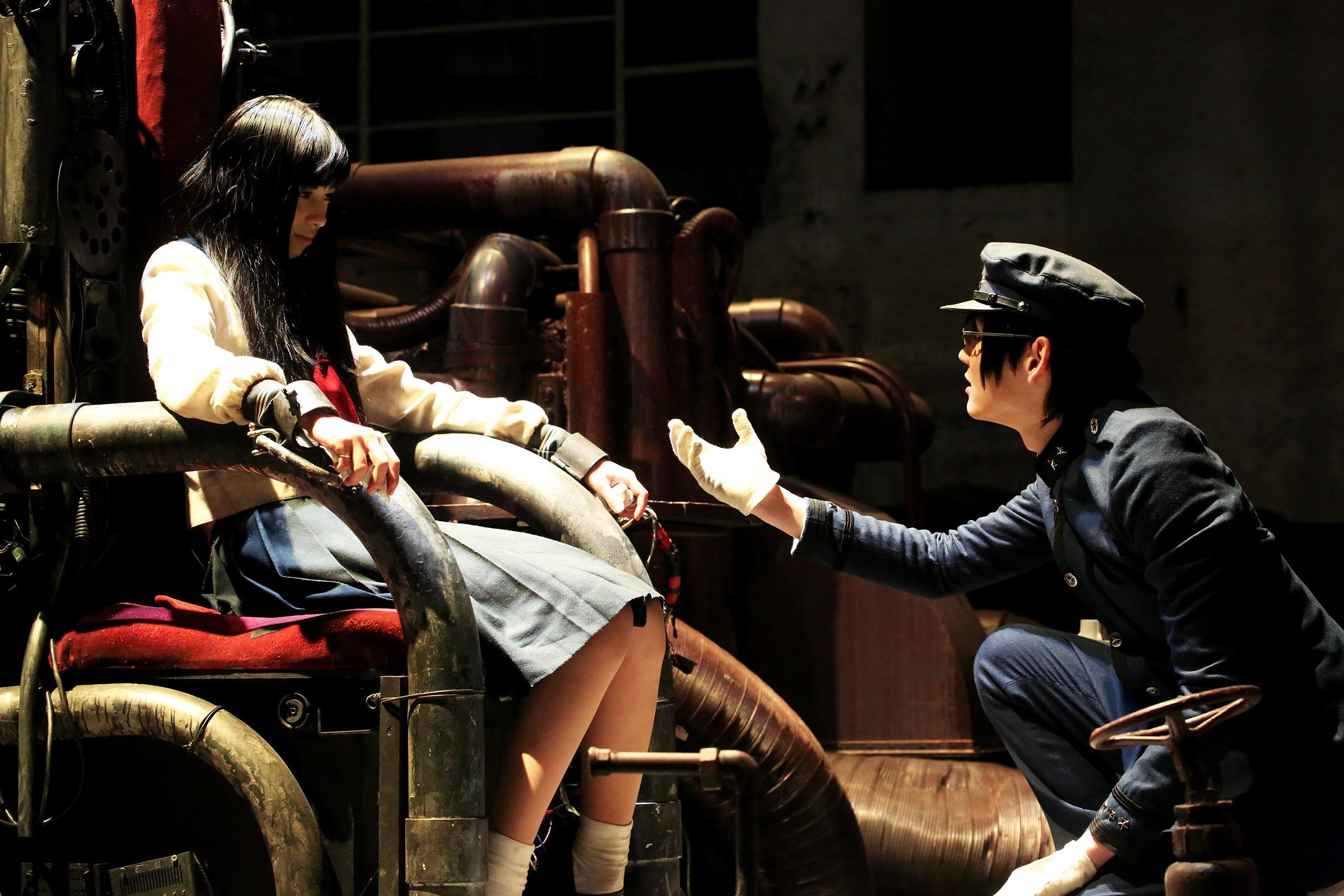 カノン(中条あやみ)に膝まづくゼラ(古川雄輝) (C)2015『ライチ☆光クラブ』製作委員会