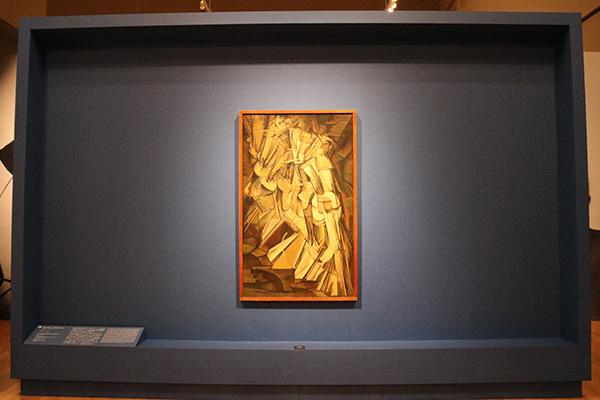 展示風景:《階段を降りる裸体 No.2》(1912年、フィラデルフィア美術館蔵)