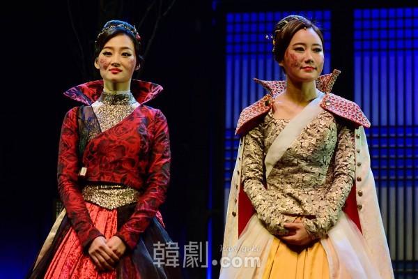 真聖女王役のイ・ジスクとチョン・ヨン