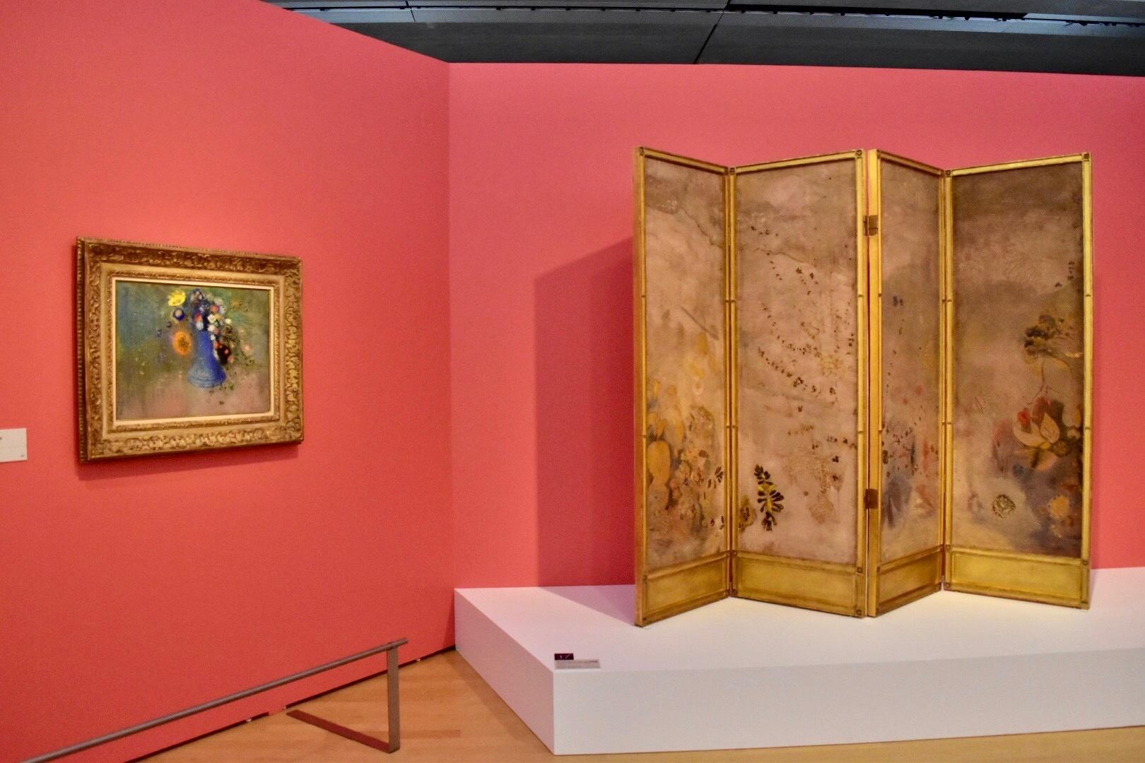 左:オディロン・ルドン 《青い花瓶の花々》1904年頃 岐阜県美術館 右:オディロン・ルドン 《オリヴィエ・サンセールの屏風》1903年 岐阜県美術館