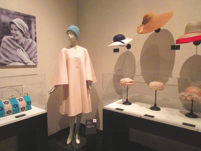 帽子のお洒落術にも長けていたグレース。つばの広いものから、ターバンのようなスタイルまで。