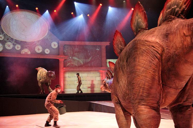 左奥:アロサウルス 手前:ステゴサウルス ステゴサウルスが尾でアロサウルスと闘っている化石が存在する。