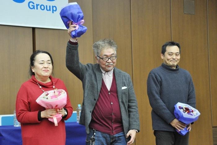 選評会後の花束贈呈。(左から)渡辺えり、生田萬、鈴江俊郎。