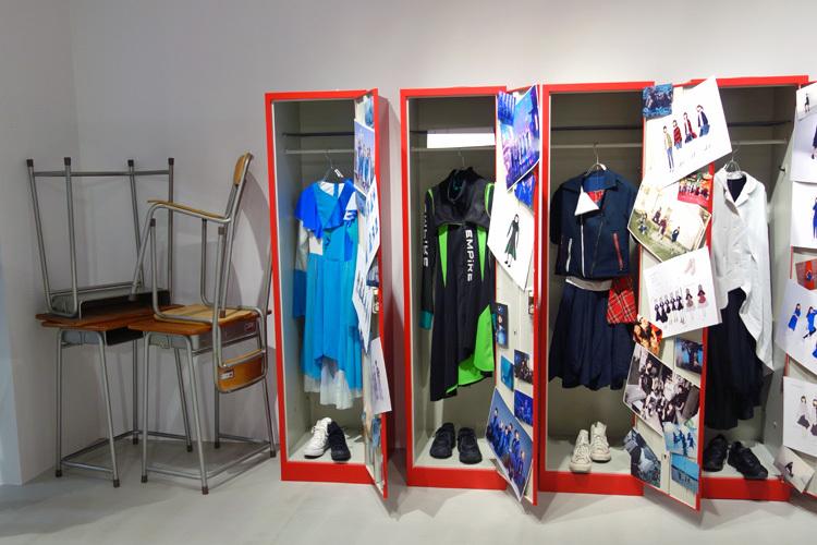 <更衣室>。衣装は実際に使われたもの。