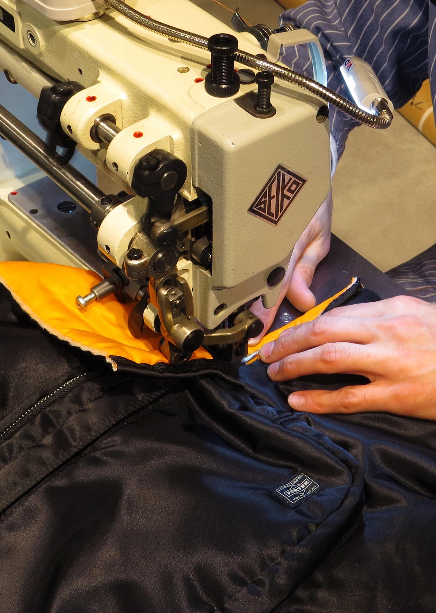 PORTER ブランドの代表シリーズ「TANKER」の製作過程も見学可能