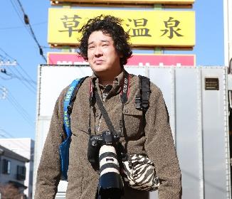 岡崎体育、斎藤工を電磁パルスで翻弄! 映画『麻雀放浪記2020』にオタクテロリスト役で参戦