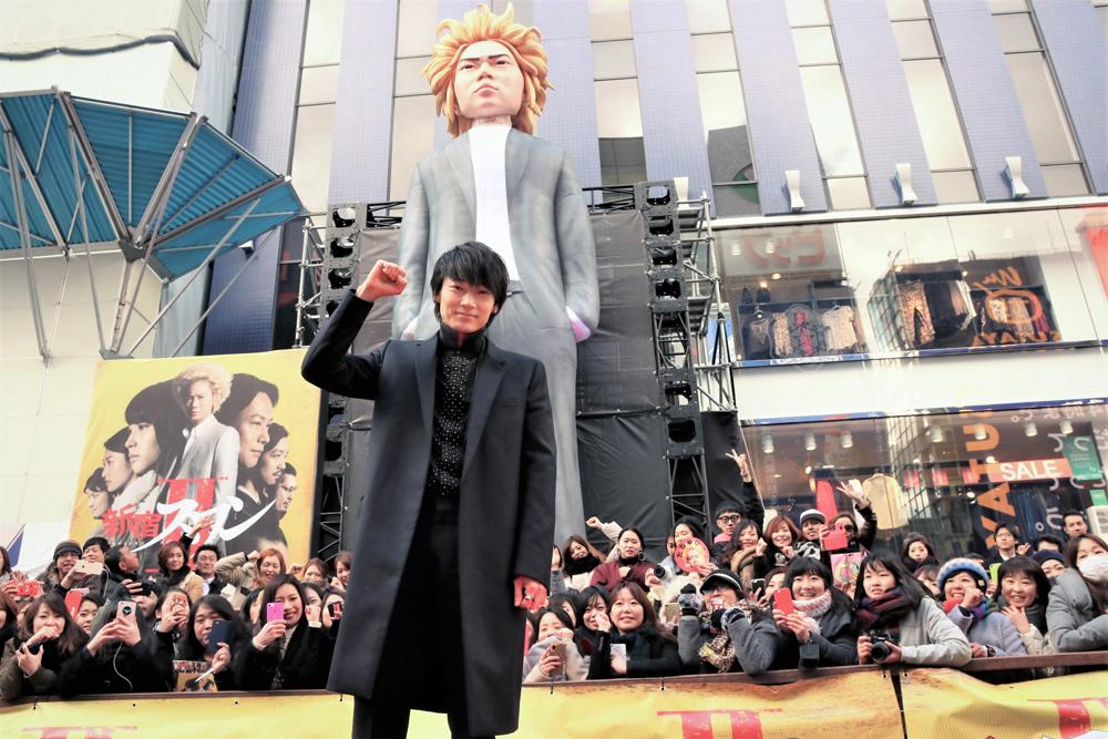 『新宿スワンⅡ』公開記念イベント 巨大白鳥龍彦像と綾野剛