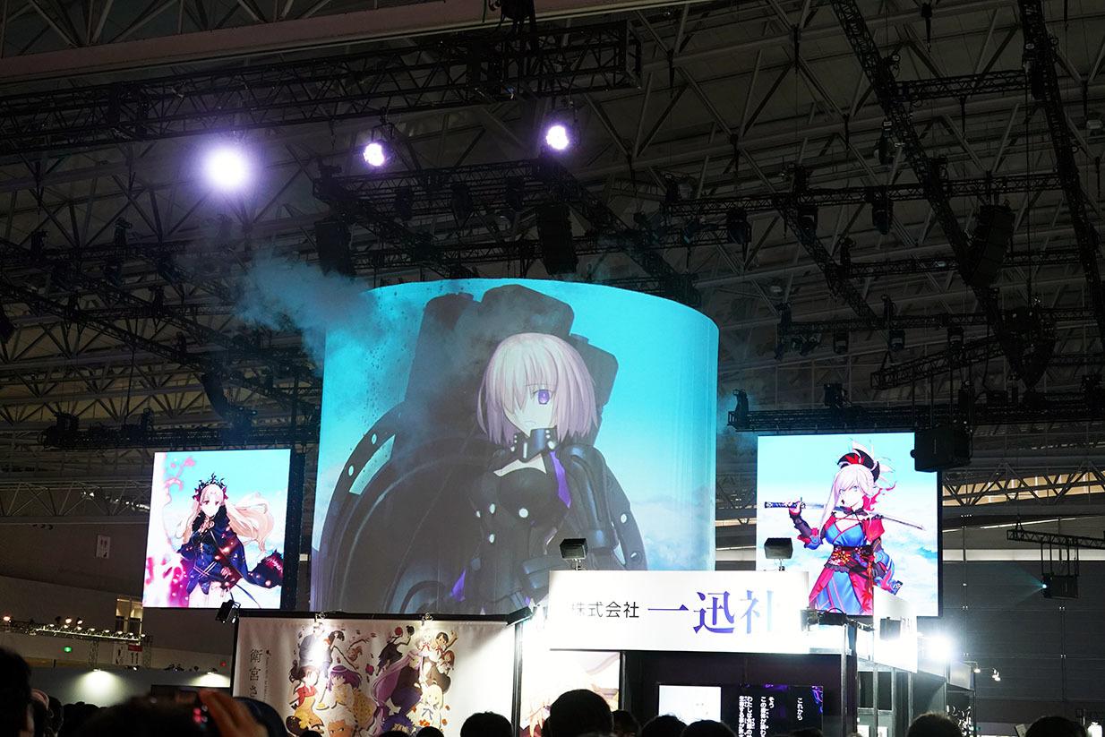 「Grand Tower」の円柱型大スクリーン。左右のスクリーンと連動する 撮影:斉藤直樹