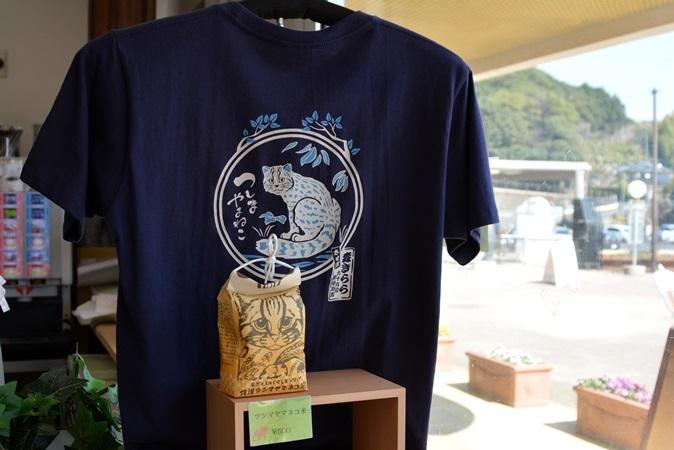手前:ツシマヤマネコ米(450g 500円) 奥:Tシャツ(大人用 2052円)