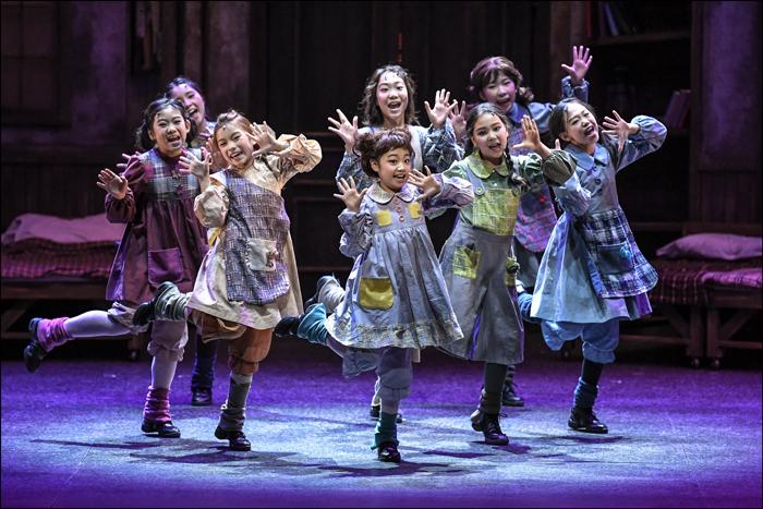 「いつも笑ってみて!(You're Never Fully Dressed Without A Smile)」中央がモリー(チョン・ヒョウォン) ©世宗文化会館