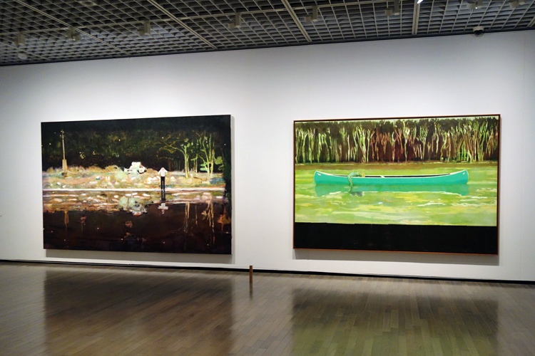 左:《エコー湖》1998 油彩、キャンバス 230.5x360.5cm テート、右:《カヌー=湖》1997–98 油彩、キャンバス 200x300cm ヤゲオ財団コレクション、台湾
