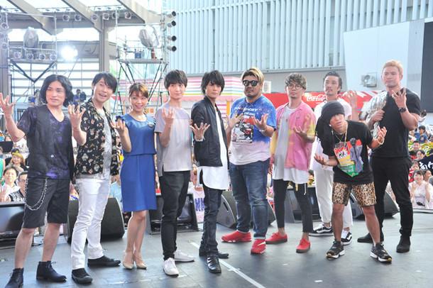 (左から)森田成一、鈴村健一、三森すずこ、梅原裕一郎、八代拓、湘南乃風、オカダ・カズチカ。