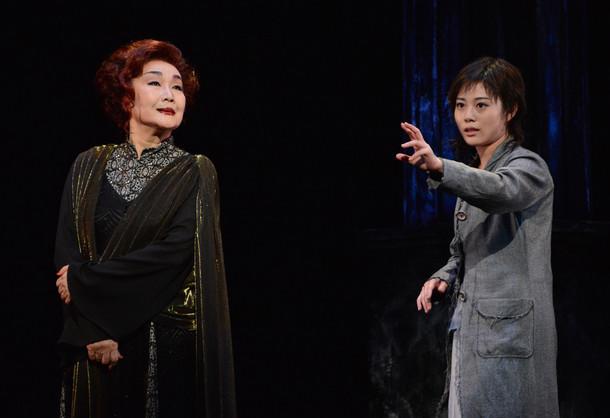 「エレクトラ」ゲネプロより、左から白石加代子演じるクリュタイメストラ、高畑充希演じるエレクトラ。