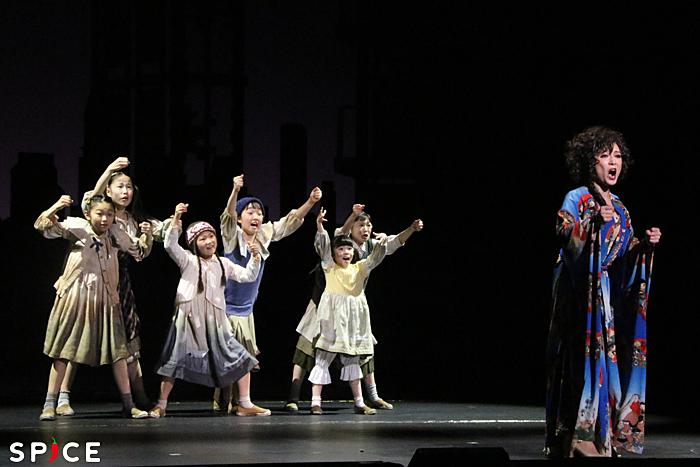 (左から)孤児たち[木内彩音、大谷紗蘭、成瀬綾菜、久野純怜、山﨑もも、藪田美怜]、マルシア