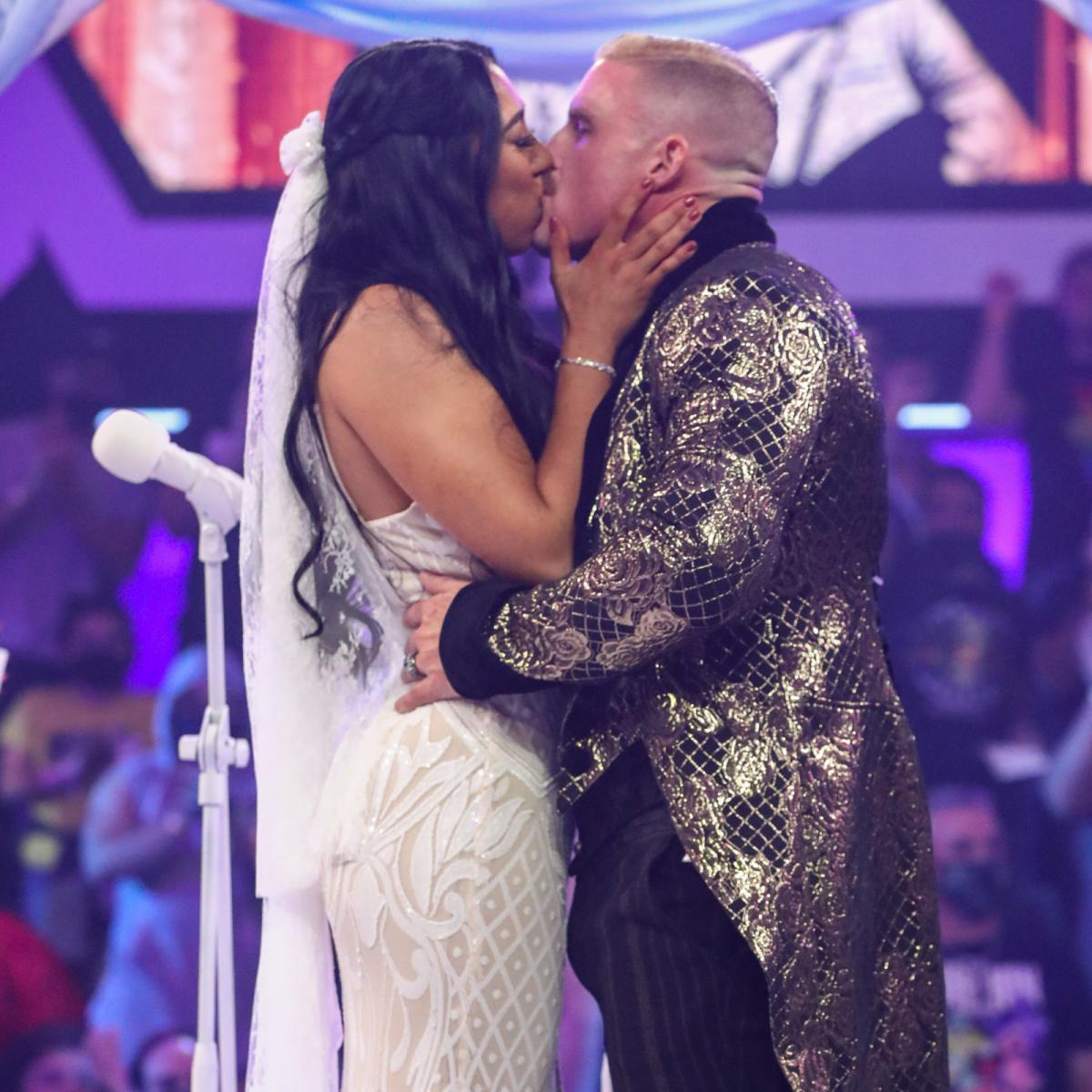 皆に祝福される中で2人が誓いのキス (c)2021 WWE, Inc. All Rights Reserved