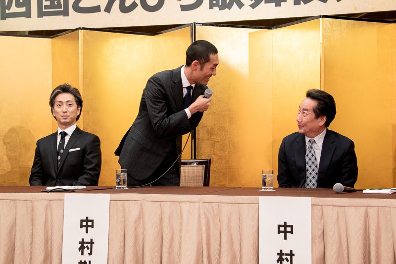 勘九郎(中央)のコメント中に、「10年ぶり?!」と驚く扇雀(右)。