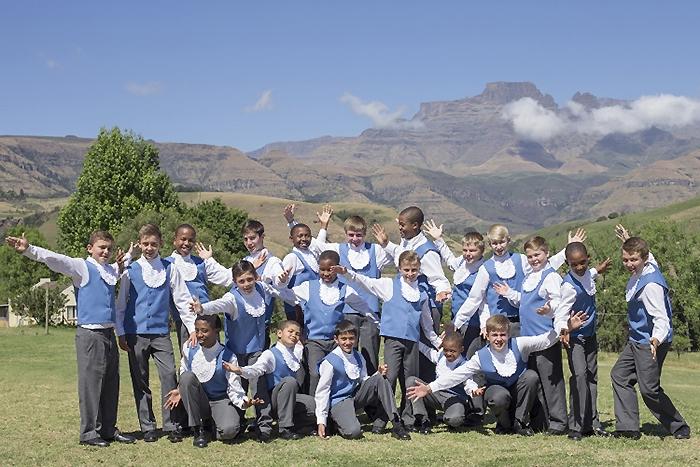 ドラケンスバーグ山脈を背に、元気いっぱいの少年団員たち