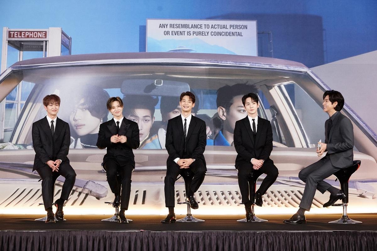 インタビュー会の模様_左からオンユ、テミン、ミンホ、キー、(MC:ユンホ)