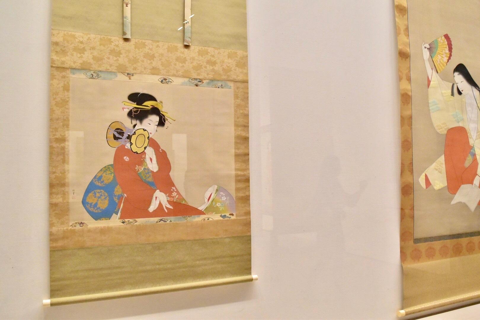 左:上村松園 《鼓の音》 昭和15年 松伯美術館蔵 右奥:上村松園 《草紙洗小町》 昭和12年 東京藝術大学蔵