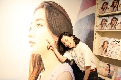 永野芽郁、渋谷HMVをお忍び訪問していた 写真集『moment』Limited Storeで特大パネルにサインも