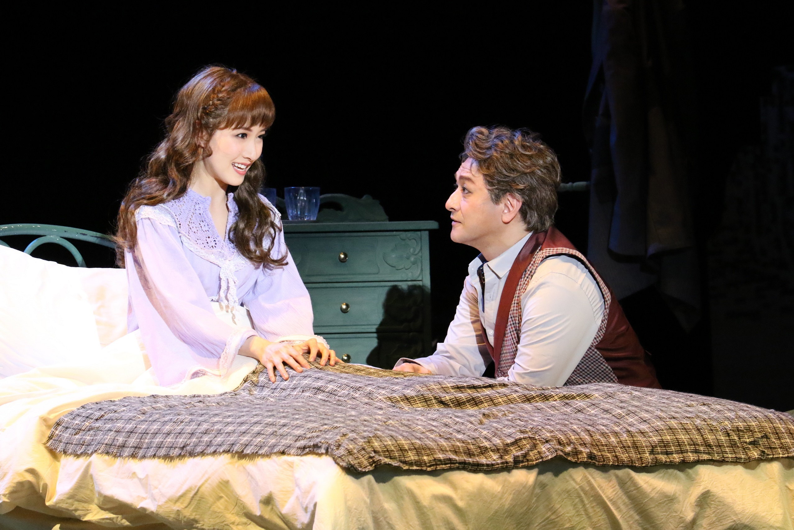 音楽劇『ライムライト』再演より、石丸幹二(右)と実咲凜音 写真提供:東宝演劇部