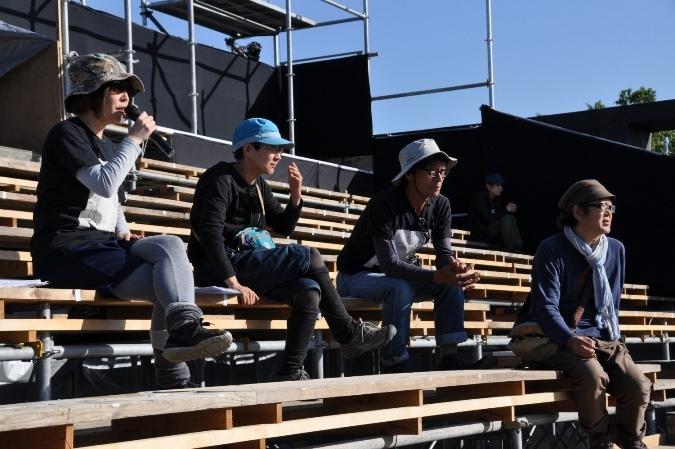 (左から)演出部&役者の平野舞、照明の吉本有輝子、舞台監督の大田和司、音楽の内橋和久。 [撮影]吉永美和子