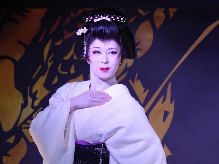 中村葵(なかむら・あおい)さん。メンバーカラーは青。清らかな娘役がぴったり。